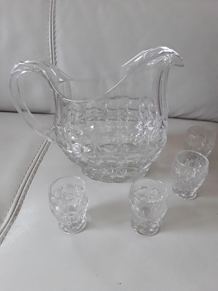 Carafe et ses quatre petits verres. 6 Halluin (59)