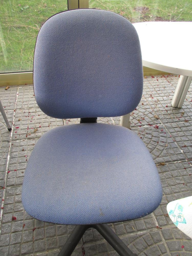 chaise avec roulettes et réglable bleue 0 Mérignies (59)