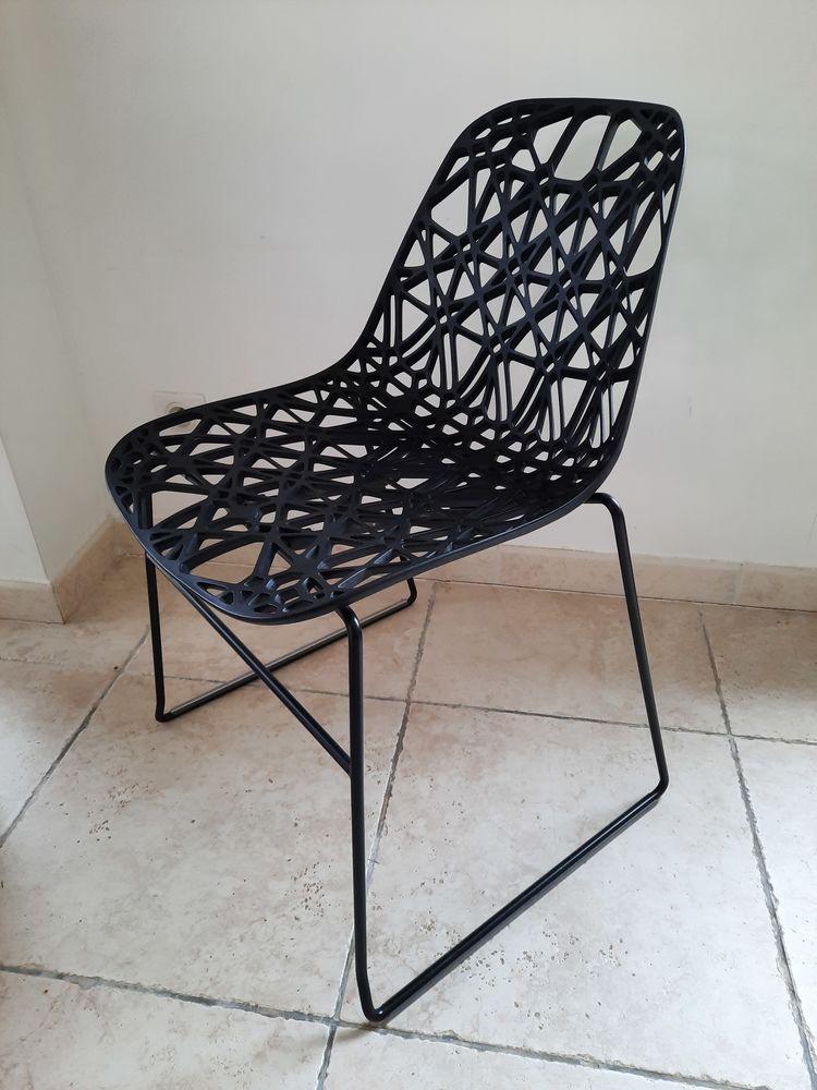 Chaise Noire HABITAT Modèle Zach Plastique Moulé  100 Nîmes (30)