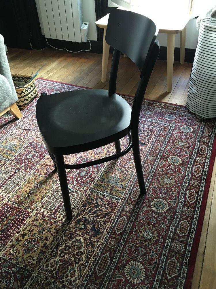 Chaise noire 25 Paris 17 (75)