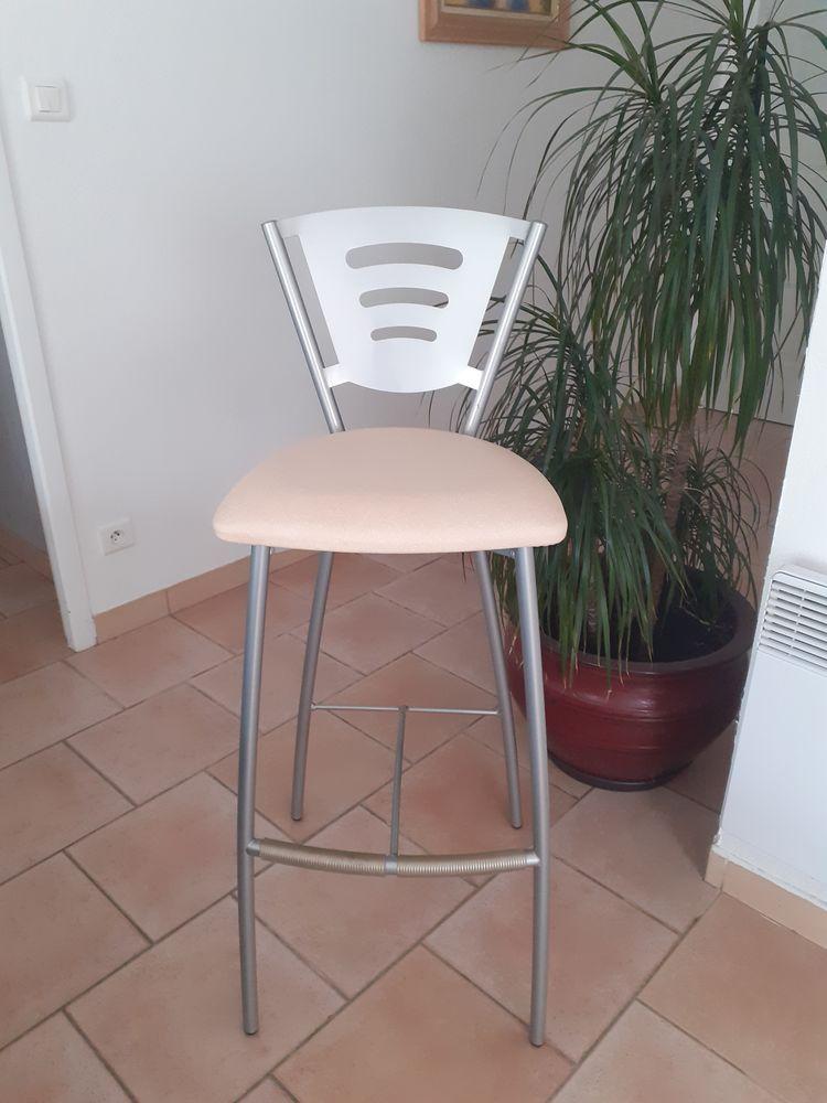 Lot de 4 chaises de bar en parfait état.  150 L'Isle-Jourdain (32)