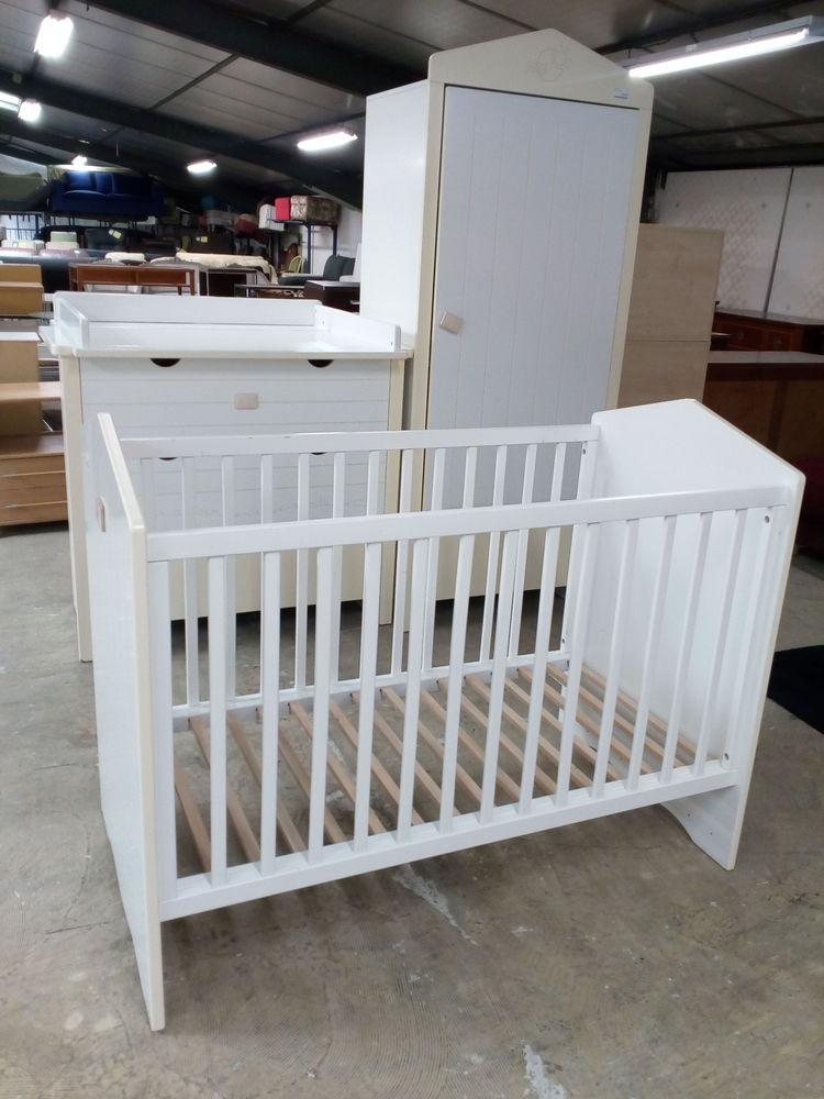 Chambre bébé lit , commode à langer et armoire penderie Meubles