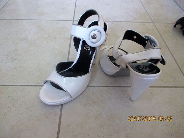 Chaussures blanches. Hauts talons. Servies 1 fois 50 Peymeinade (06)