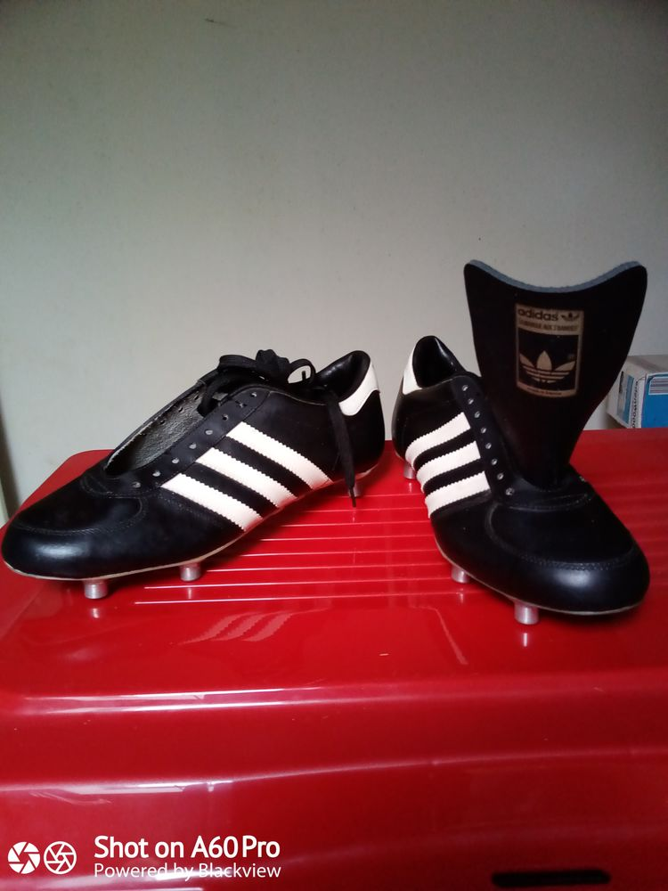 Chaussures de foot Adidas + crampons de rechange. 20 Carpentras (84)