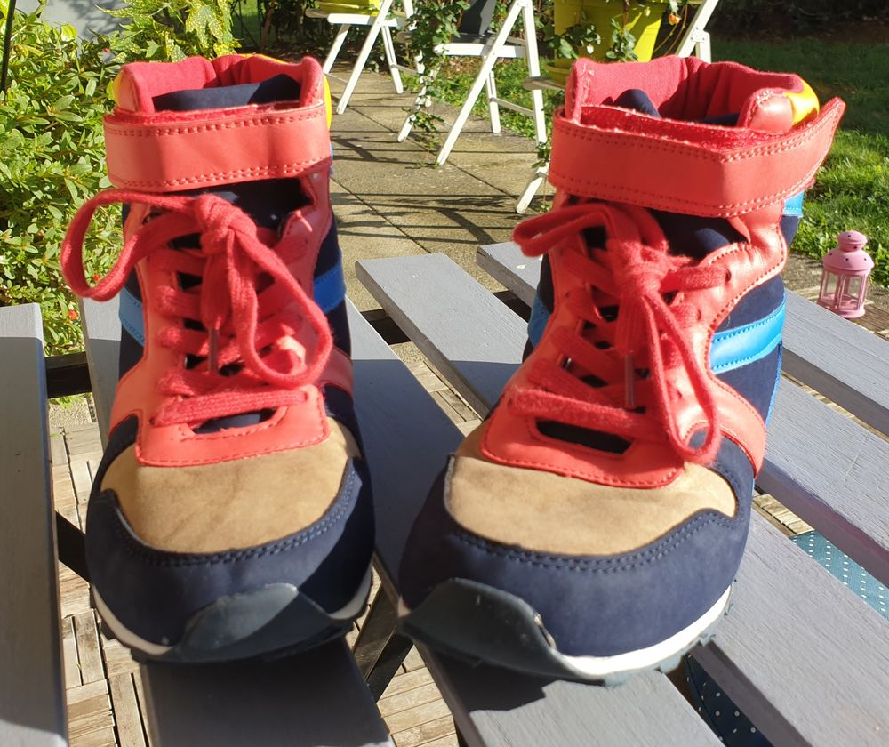 Chaussures montantes enfant. Taille 38. 
