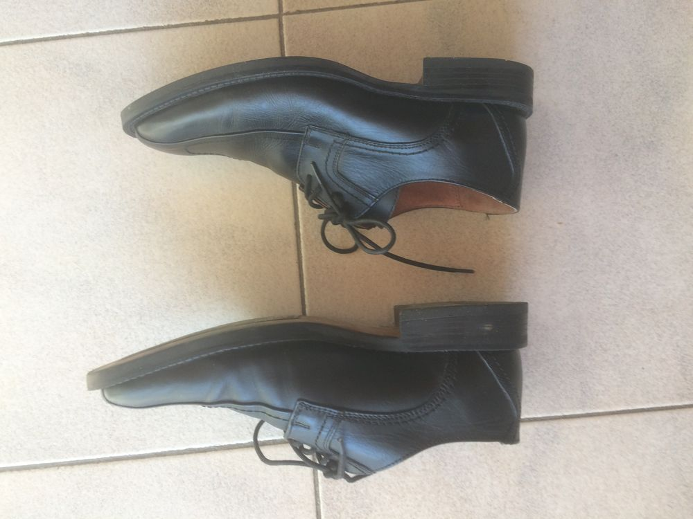 chaussures noires, taille 40, dessus et intérieur cuir.  10 Sanary-sur-Mer (83)