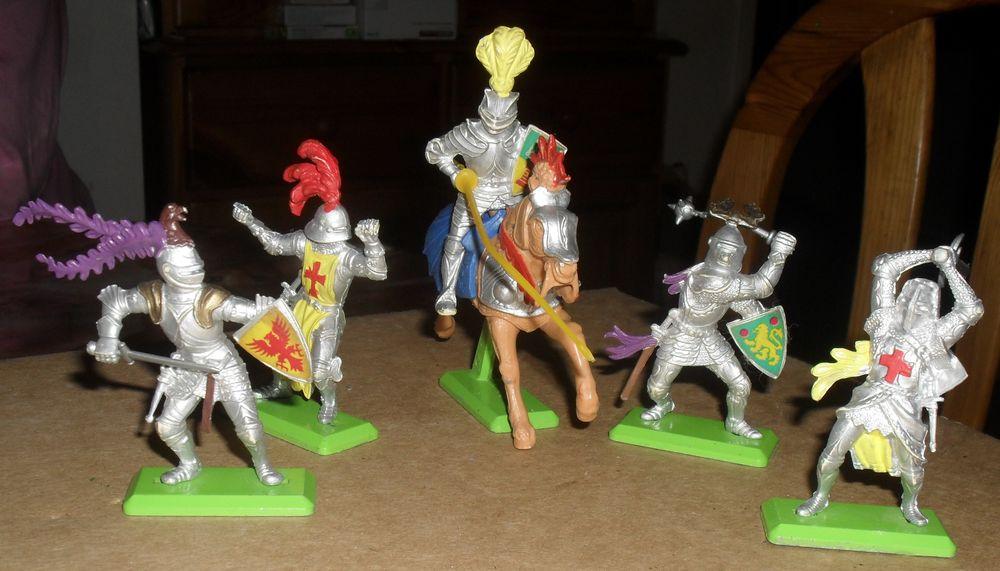 5 chevaliers DEETAIL dont un à chaval 25 Montreuil (93)