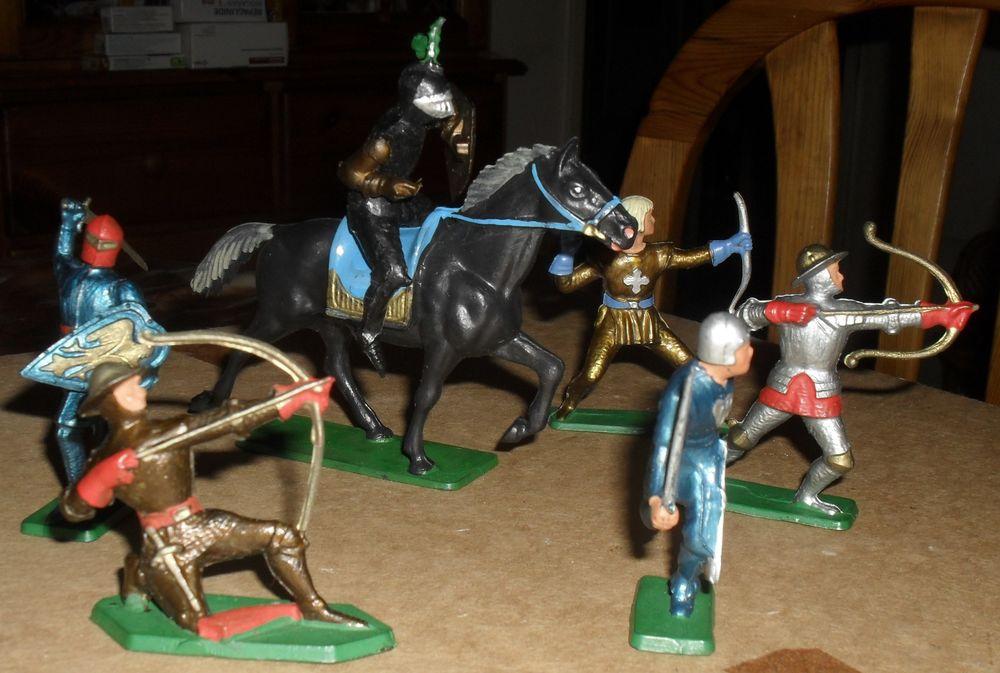 6 CHEVALIERS dont un à cheval Starlux 27 Montreuil (93)