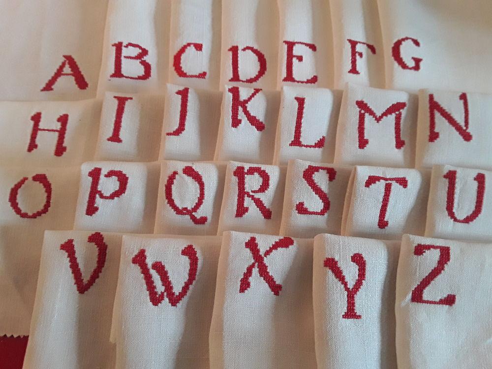 A choisir un monogramme  rouge au point de croix D18A 1 Mortain (50)