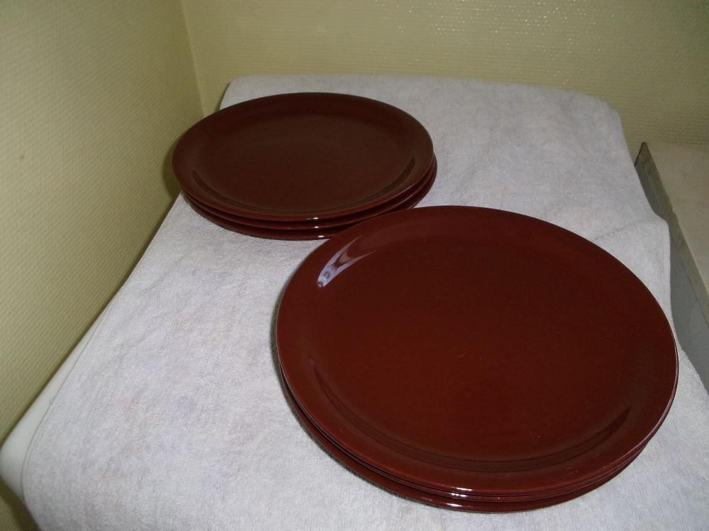 Cinq assiettes neuves en faïence de couleur marron  10 Lourdes (65)