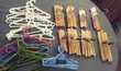 60 cintres en bois et plastique