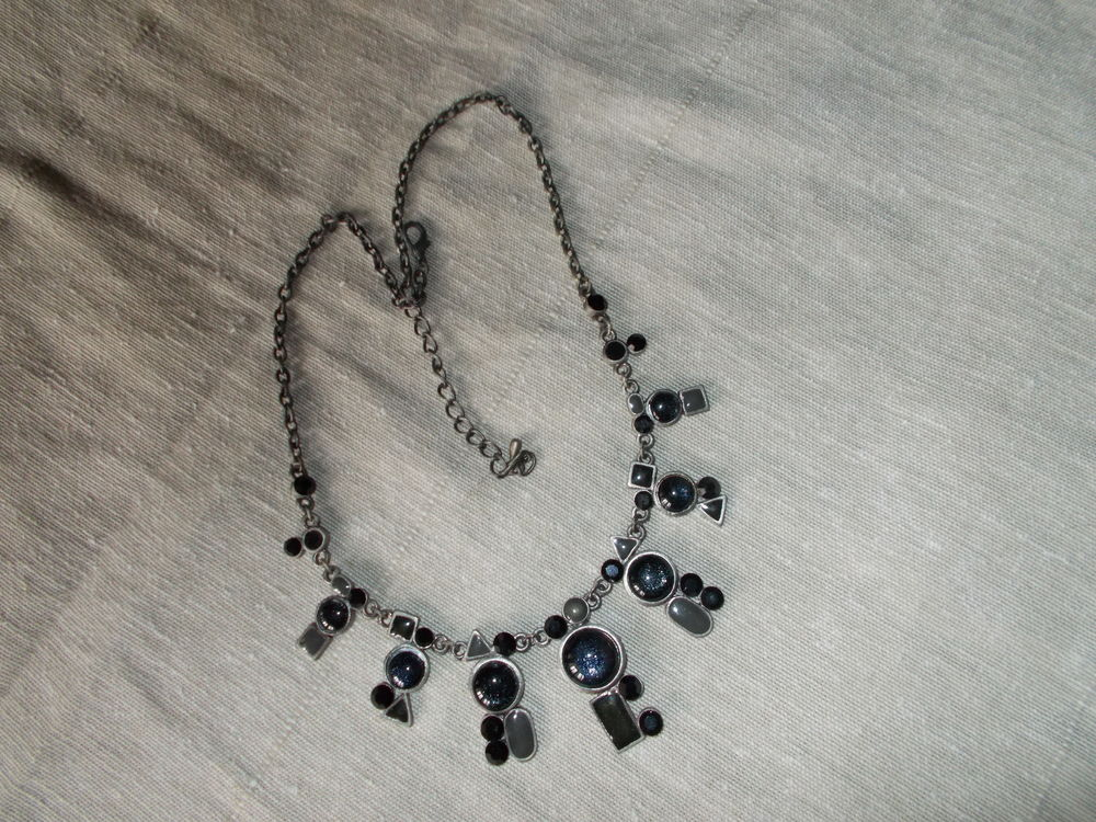 collier en pierres noires  6 Chissey-en-Morvan (71)