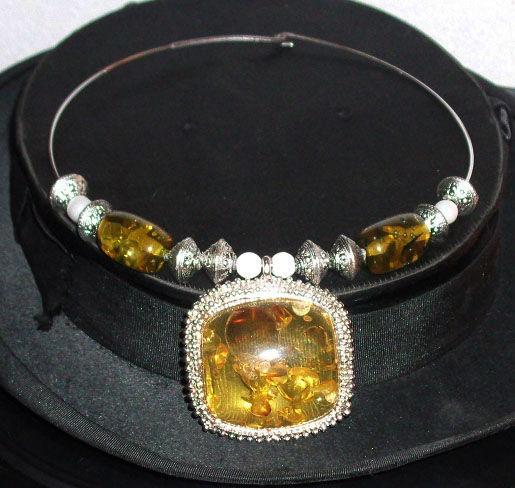 Collier Rigide en Métal Argenté Vieilli  et pendentif ambre 35 Antibes (06)
