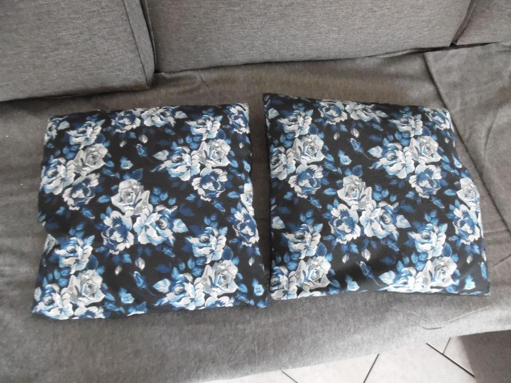 2 coussins fleuri bleu sur fond noir 5 Abbeville (80)
