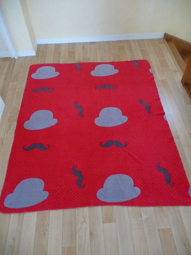 Couverture Plaid rouge rose motifs chapeaux & moustaches 15 Montigny-le-Bretonneux (78)