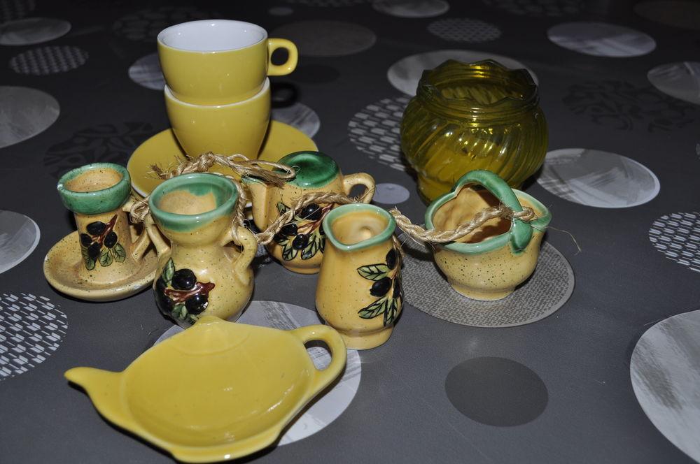 Lot de décorations, vaisselles dans les tons jaune  5 Perreuil (71)