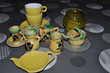 Lot de décorations, vaisselles dans les tons jaune
