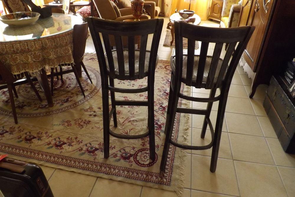 Deux chaises authentiques de Bar. 33 Alès (30)