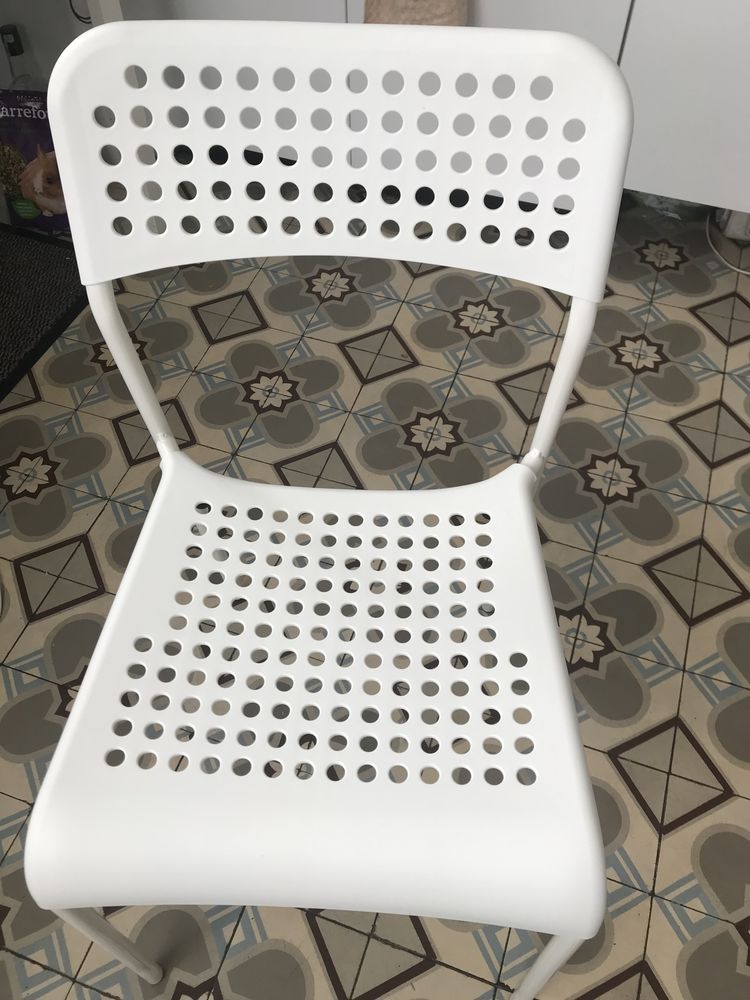 d?un lot de deux chaises et une table 40 Asnières-sur-Seine (92)