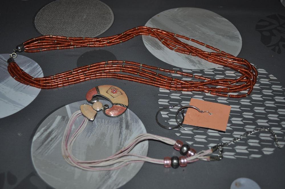 Deux colliers et une paire de boucles d'oreilles  5 Perreuil (71)