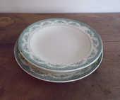 Deux grands plat vintage en faïence blanche frise florale 30 Laval (53)