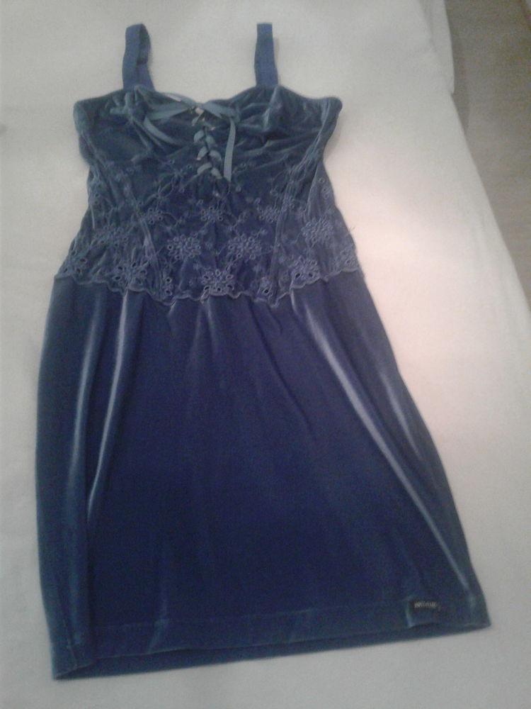 Deux robes une bleue et l'aute noire marque anti flirt..  50 Villeneuve-lès-Avignon (30)