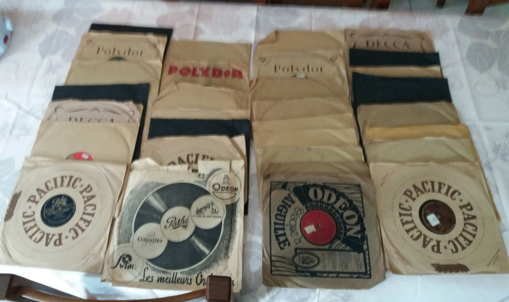 lot de 30 disques 78 tours et leurs pochettes CD et vinyles