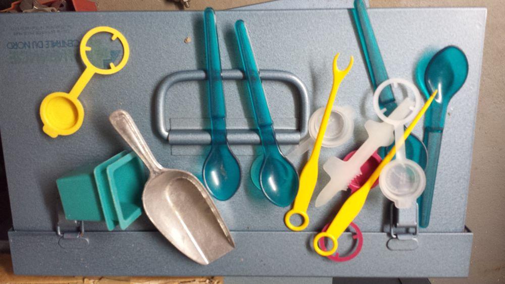 Lot diverses petites cuillères et autres tupperware Décoration