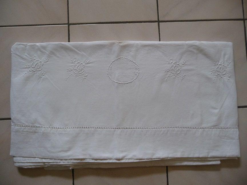Drap ancien broderies fleurs blanches 20 Montigny-le-Bretonneux (78)