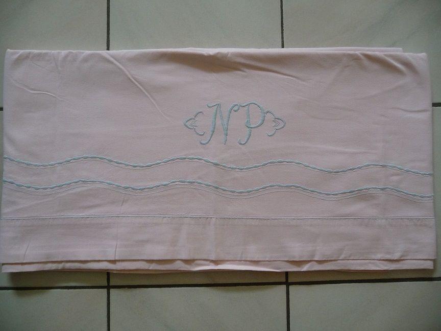 Drap ancien rose brodé gris bleuté NP et double vagues 50 Montigny-le-Bretonneux (78)