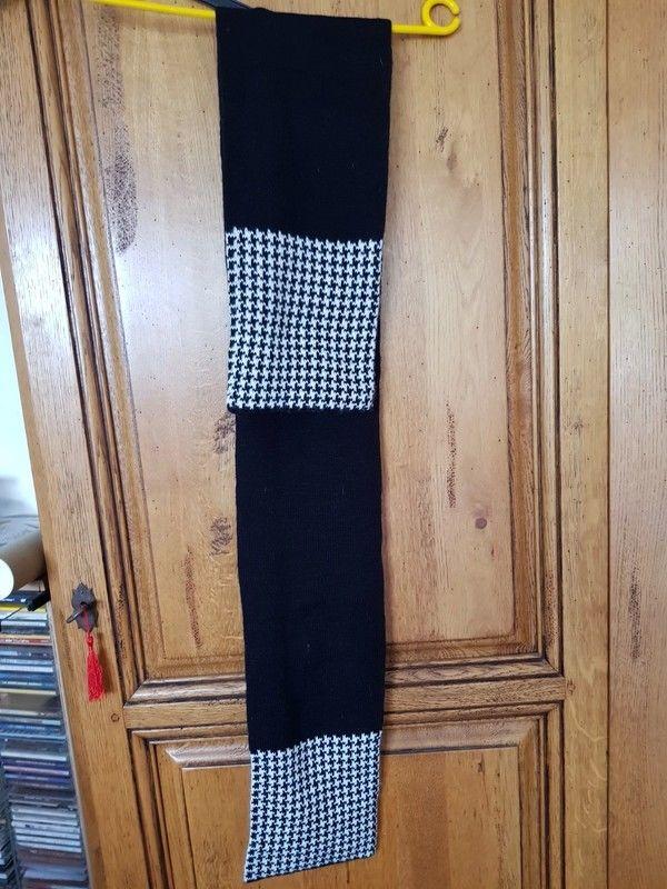 Écharpe noire et pied de poule très chaud 144 cm de long neu 5 Viriat (01)