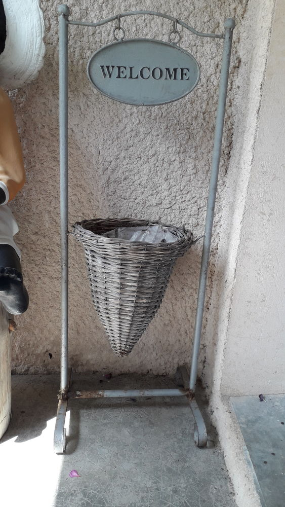Ensemble en fer avec pot en osier + inscription welcome