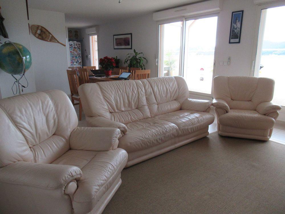 ensemble canapé 3 places et 2 fauteuils en cuir beige. 500 Hyères (83)