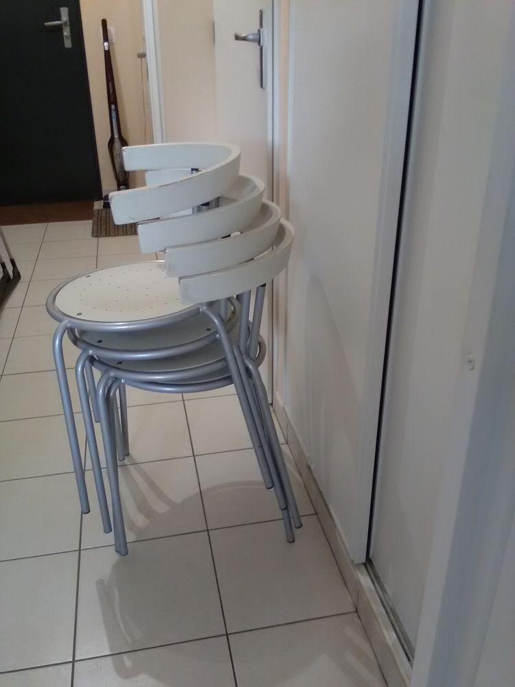 ensemble 4 chaises modernes forme arrondies - empilables 130 Baisieux (59)