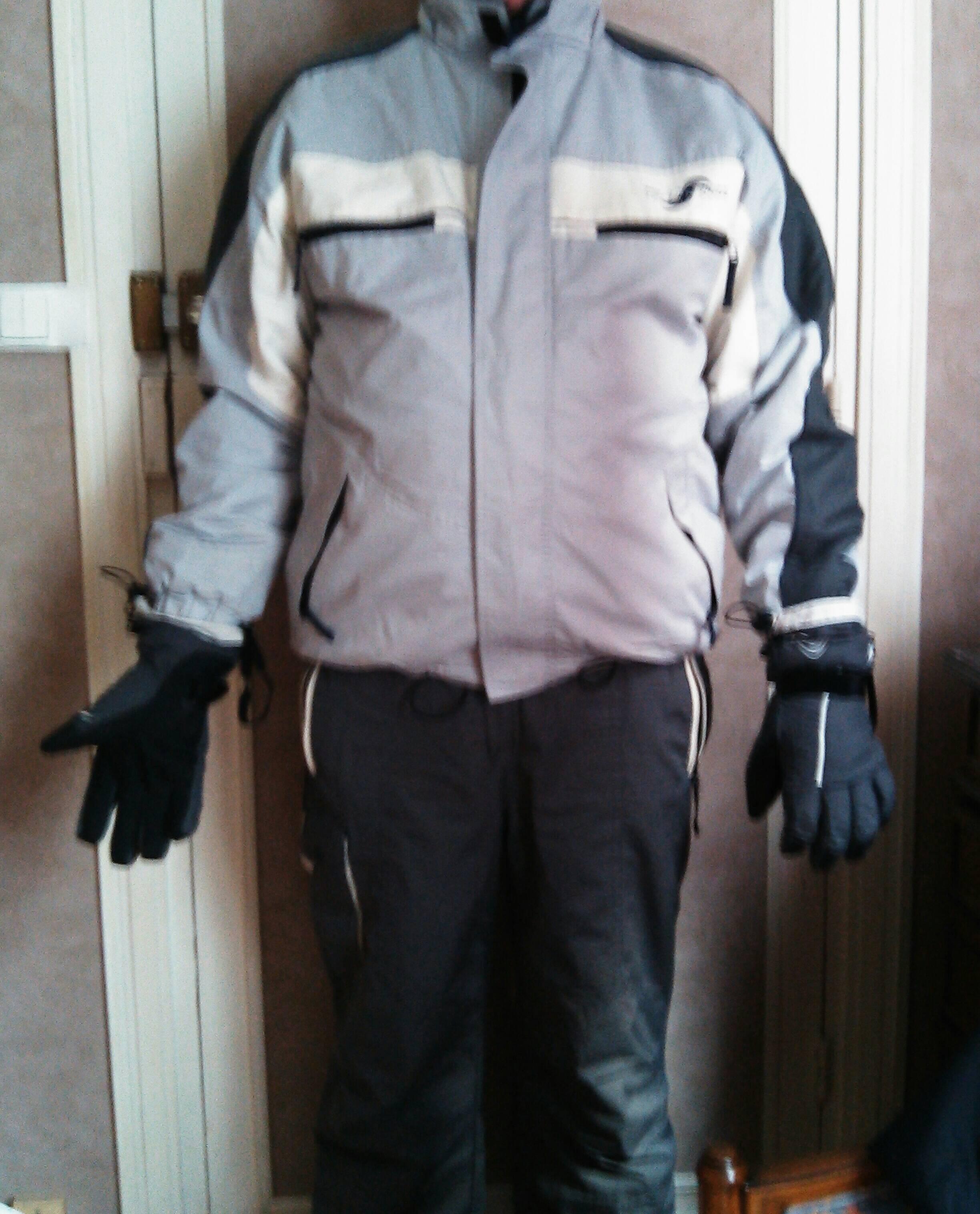 Ensemble de ski de couleur gris  Blouson avec capuche amovible   pantalon et gants dans un état impeccable, taille xl 40 Calais (62)