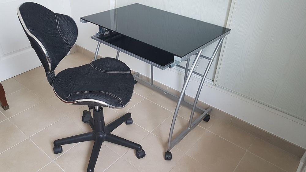 Ensemble d'un petit bureau informatique  25 Sigean (11)