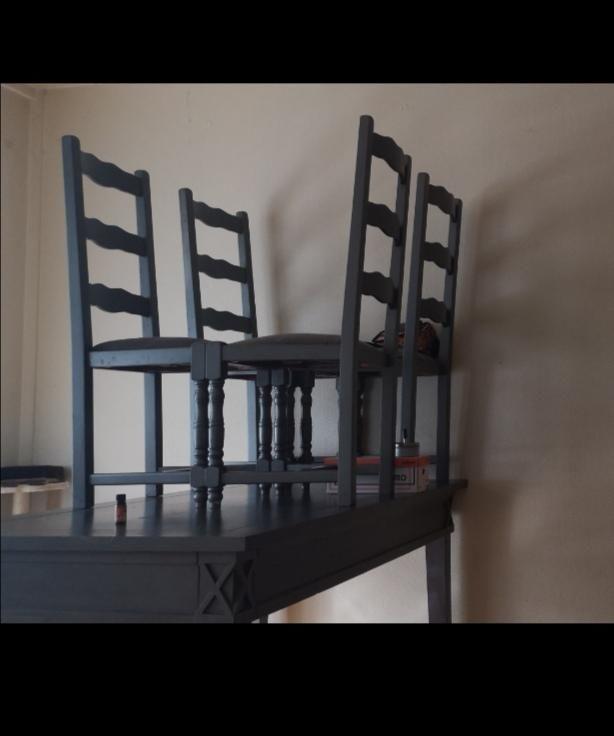 Ensemble table à manger et ses 4 chaises de couleur grise  60 Neuilly-sur-Marne (93)