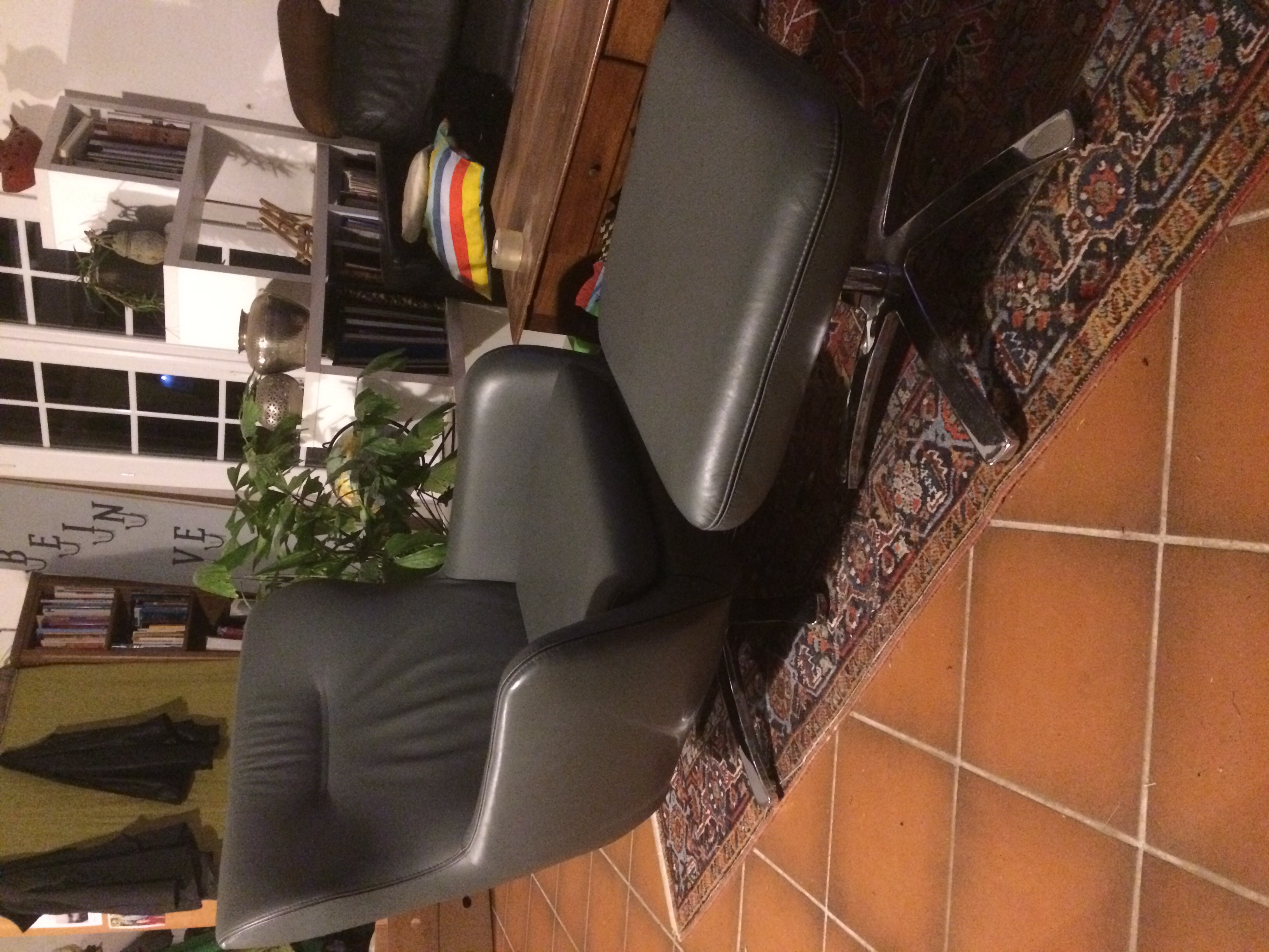 fauteuil cuir et son repose pied 90 Brignon (30)