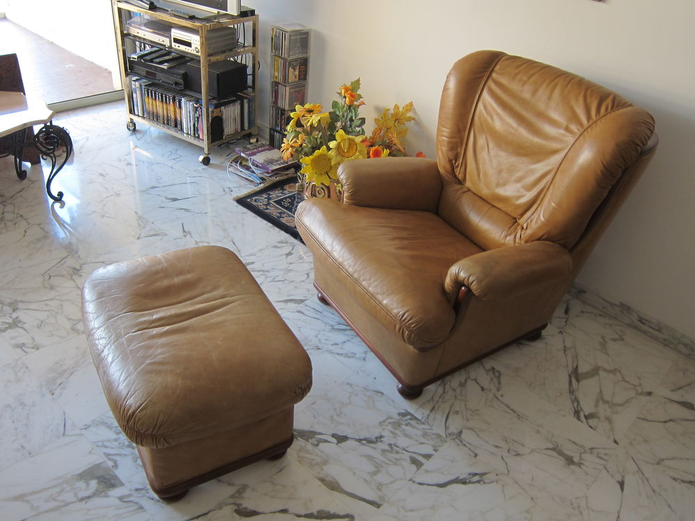 Fauteuil et repose pieds, cuir gold  150 Nice (06)