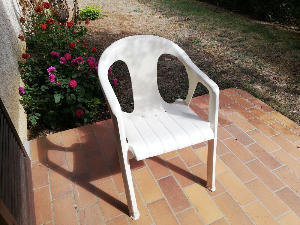 Fauteuils blancs de jardin  25 Poitiers (86)