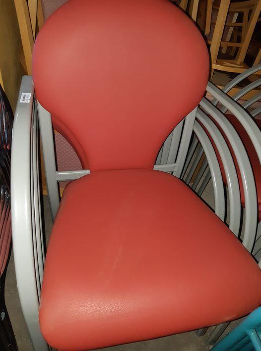 lot 16 fauteuils rouges solides 240€ soit 15€/p 15 Château-Thébaud (44)