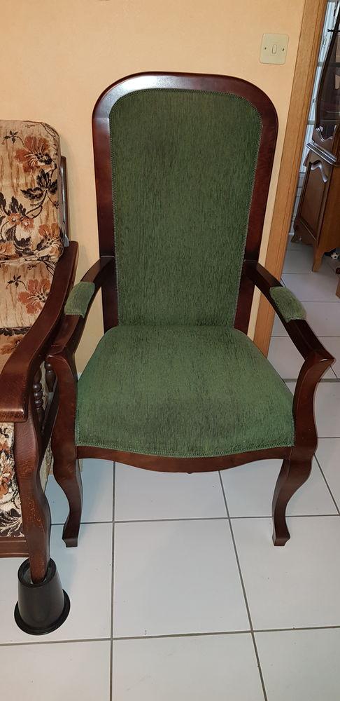 Fauteuils Voltaire rouges et fauteuils Voltaire verts Meubles