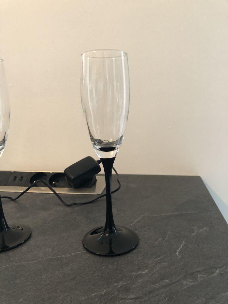 7 flûtes à champagne, pied noir 12 Nimes (30)