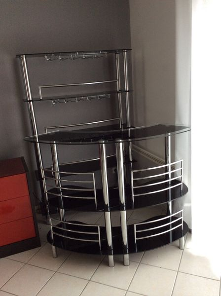 porte verre suspendu bar maison design. Black Bedroom Furniture Sets. Home Design Ideas