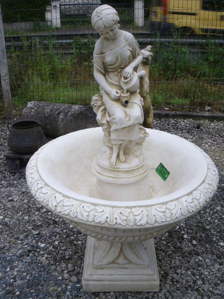 Fontaine central en pierre, Statue 370 Château-l'Évêque (24)
