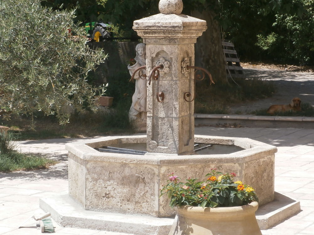 fontaine centrale de village vieillie en pierre reconstituée 1800 Carnoules (83)