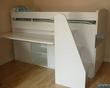 lit gain de place avec bureau rétractable, commode intégrée.