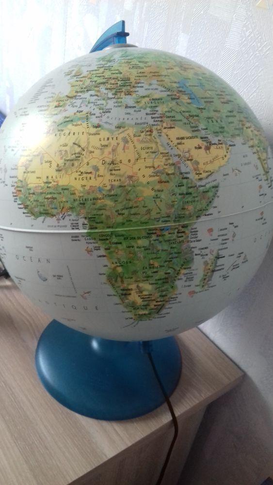 Globe terrestre lumineux et son livre illustré. 10 Vitré (35)