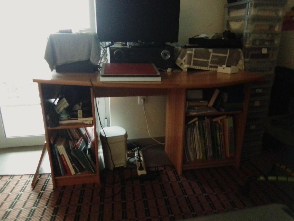 Je un grand bureau en bois en bon état. 40 Poitiers (86)