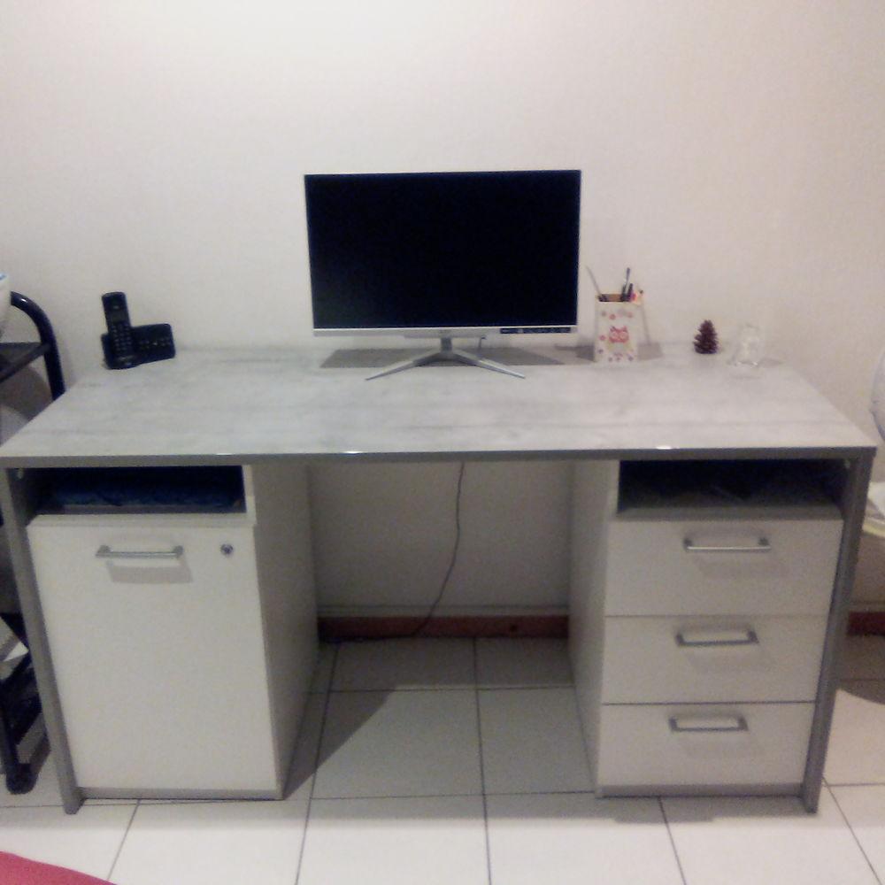 Grand bureau gris blanc en très bon état  0 Peymeinade (06)